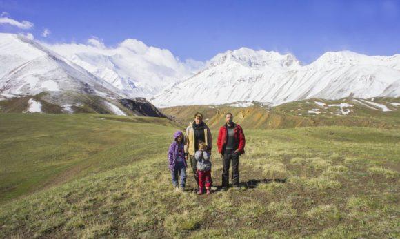 Мы на высоте более 3000 метров. За нашими спинами ледник Ленина и пик Ленина (Абу али ибн Сино) — 7134 метра.