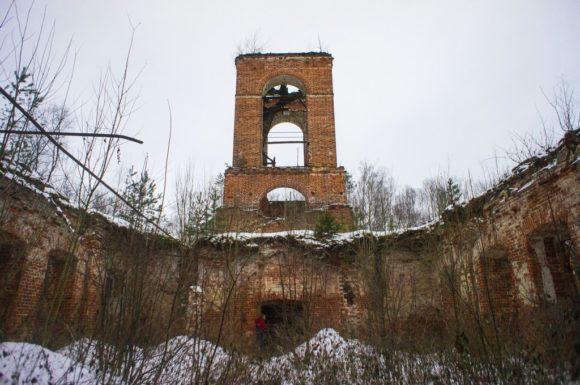 Трапезная обвалилась, но основной купол и колокольня пока держатся.