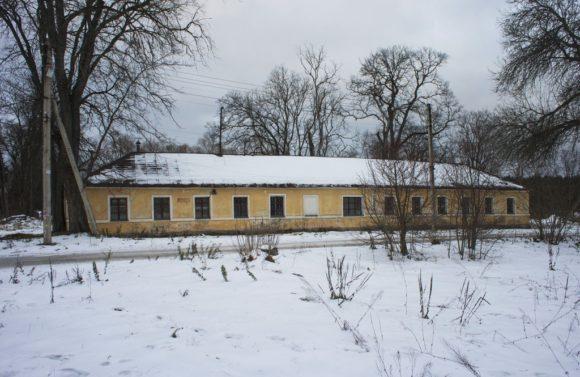 Флигель. Одноэтажный жилой дом, расположенный на восточной стороне Дворцовой площади.
