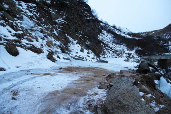 Сыпьте гуще! Материалы для этого можно привезти с собой (сомнительное удовольствие), а можно наковырять на окрестных склонах, если они не покрыты снегом.