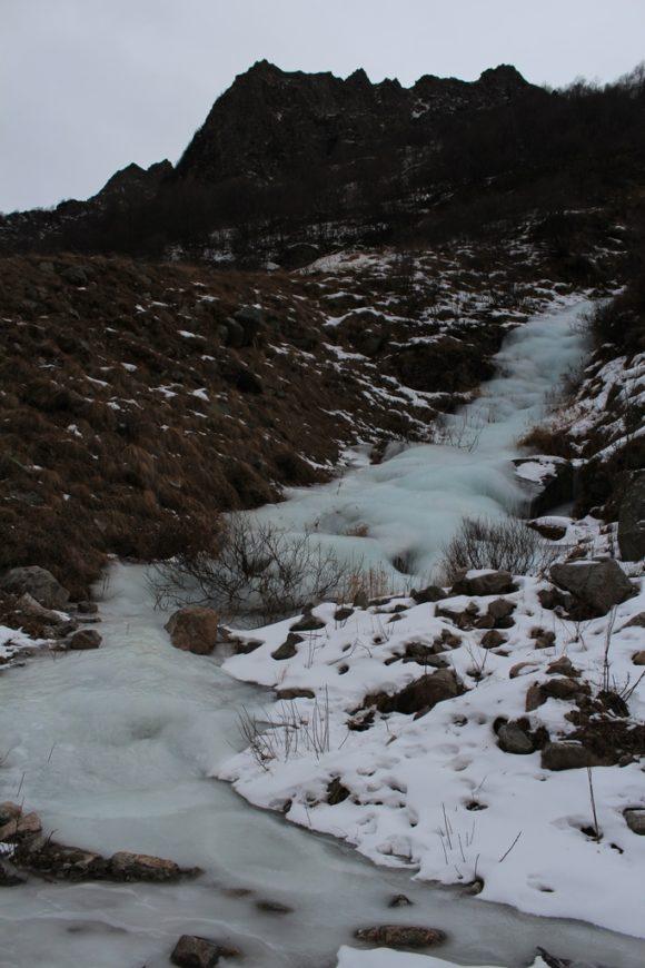Замерзший ручей.