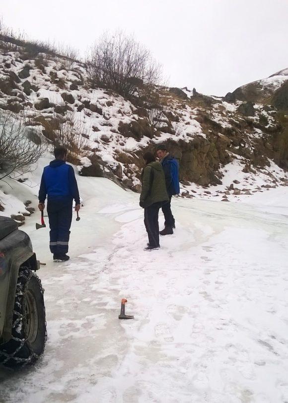 Во льду вырубаются колеи (в идеале с уклоном в сторону горы) под нужную ширину.