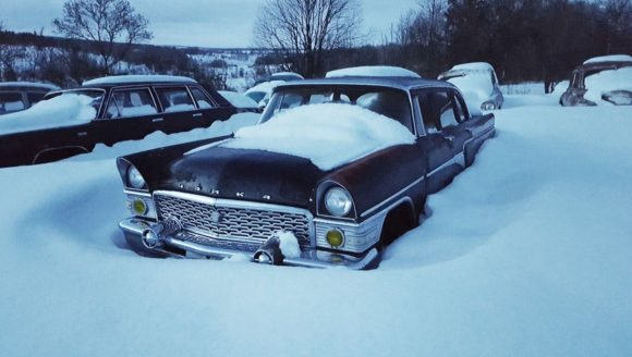 Особая гордость Красинца – две «Чайки»: ГАЗ-13 и ГАЗ-14. Первый представительский автомобиль, дизайн которого выполнен в стиле «детройтского барокко», выпускался в СССР с 1959 по 1979 год, а всего было произведено 3189 автомобилей. Роскошный седан с двигателем V8 под капотом и автоматической коробкой передач. Лимузин, конечно, просел, да и краска облупилась, но даже в таком состоянии «Чайка» выглядит впечатляюще. В салоне вообще красота – интерьер сохранился не в самом плохом состоянии. Красинец предлагает посидеть за рулем.