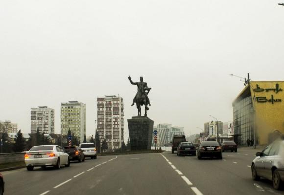 При въезде в Тбилиси нас встречает