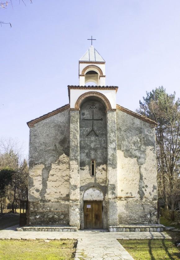 Вдоль дороги много церквей и крестов. У нас мода на такие кресты появилась лет 10 как, в Грузии их еще больше и особенно забавно, что ночью они подсвечены гирляндами.