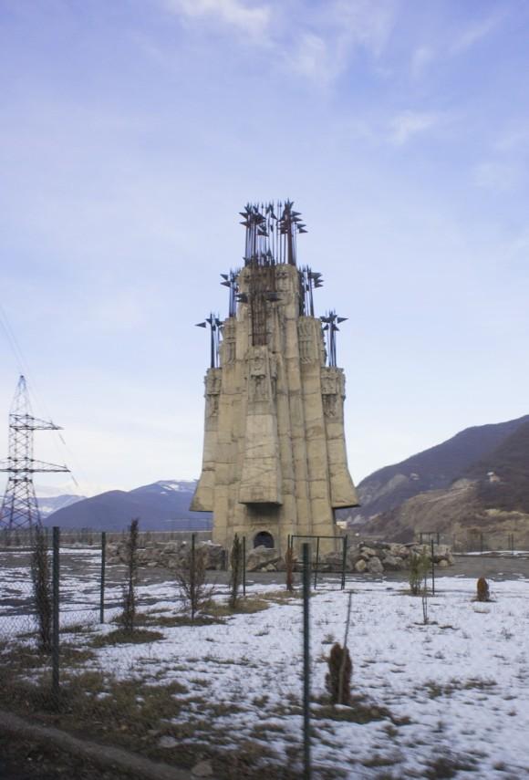 Памятник 300-ам арагвельцам - в честь 300 арагвинских воинов-героев, павших в Крцанисской битве 1795 года между армиями Картли-Кахетинского царства и Персии. Победили персы, последствием битвы стало взятие и полное уничтожение Тбилиси.