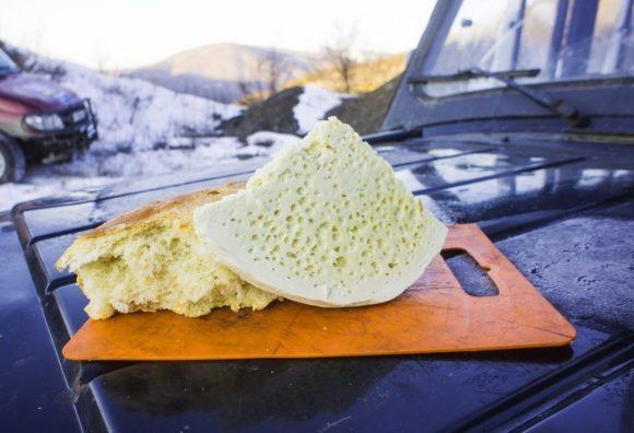 На завтрак лепешки и имеретинский сыр - твердый, соленый, рассыпчатый, но очень вкусный.