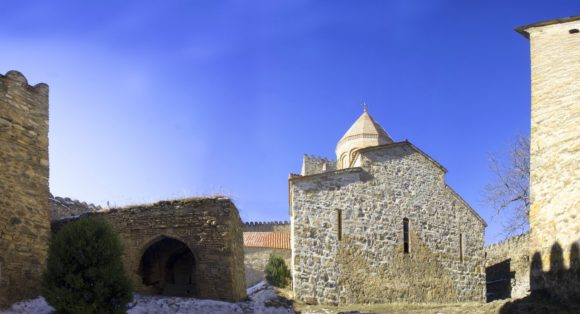 В те времена она была гораздо больше по площади, с дополнительными охранными башнями и рядом стен, а до наших дней дошёл лишь, так называемый, верхний замок или цитадель, внутри которой разместились три церквушки и башня-прародительница всего крепостного сооружения. Читать подробнее: https://kray-zemli.com/20-krepost-ananuri.html
