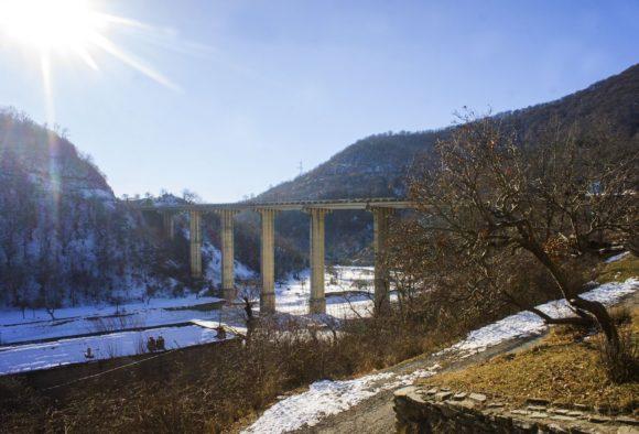 От крепости открывается шикарный вид на автомобильный мост через реку Мост через реку Аркала.