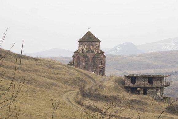 по середине Среди разрушенных домов села Нижняя Аскипара (Ашагы Аскипара) высится единственное целое здание