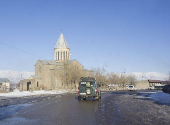 В городе Варденис закупаемся лепешками. Армянская церковь Сурб Аствацацин ( XIX — XX в