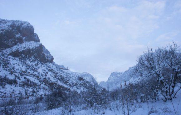 И падаем на ночевку в живописном месте с видом на монастырь Нораванк.