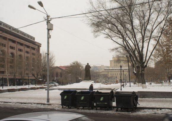 На Вернисаж взирает памятник довольно спорнному армянскому военному и государственному деятелю - Гарегину Нжде.