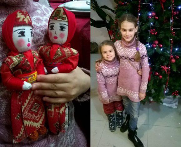 Оксана и Яна решили попозировать на фоне елки, а тут еще и Дед мороз передал через официанта вот таких кукол ручной работы. На этот раз бесплатно))).