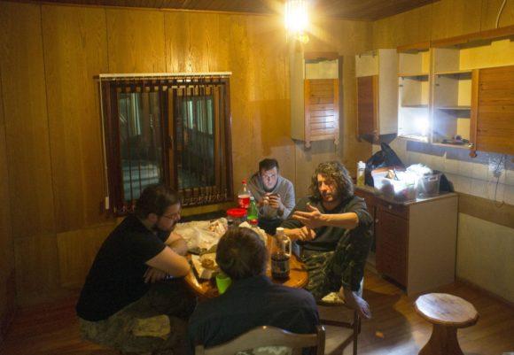 А это наша кухня, на которой есть стенка с отваливающимися дверцами, но нет ни раковины, ни холодильника, ни плиты.