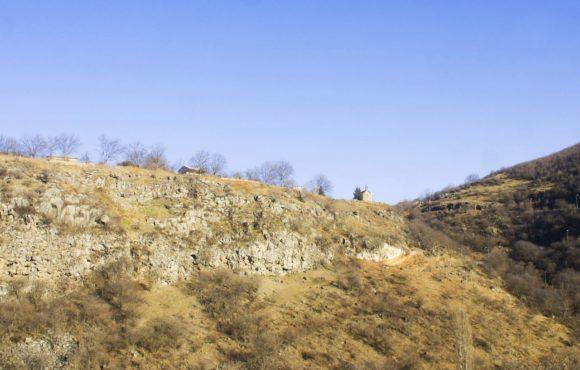 То там, то тут в горах видны старинные храмы и кресты.