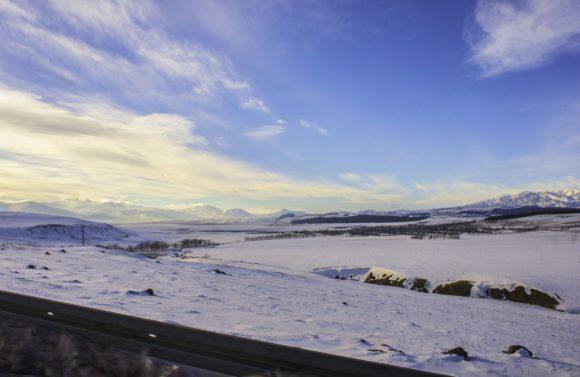Очень быстро становится значительно холоднее, дует ледяной ветер.