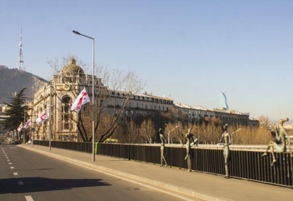 Мост Бараташвили 60-х годах 20-го века. Он, как и многие другие мосты советского периода не отличается ни исторической ценностью, ни красотой. Но в 2008-м году на мосту Бараташвили появились оригинальные скульптуры, которые и сделали его одной из интересных достопримечательностей города Тбилиси. Автором скульптурных композиции под названием «Молодость» является Гиорги Джапаридзе.