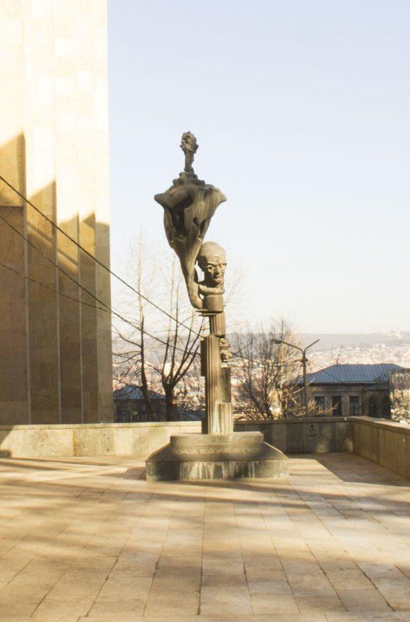 Памятник философу Мерабу Мамардашвили. Скульптор Эрнст Неизвестный.