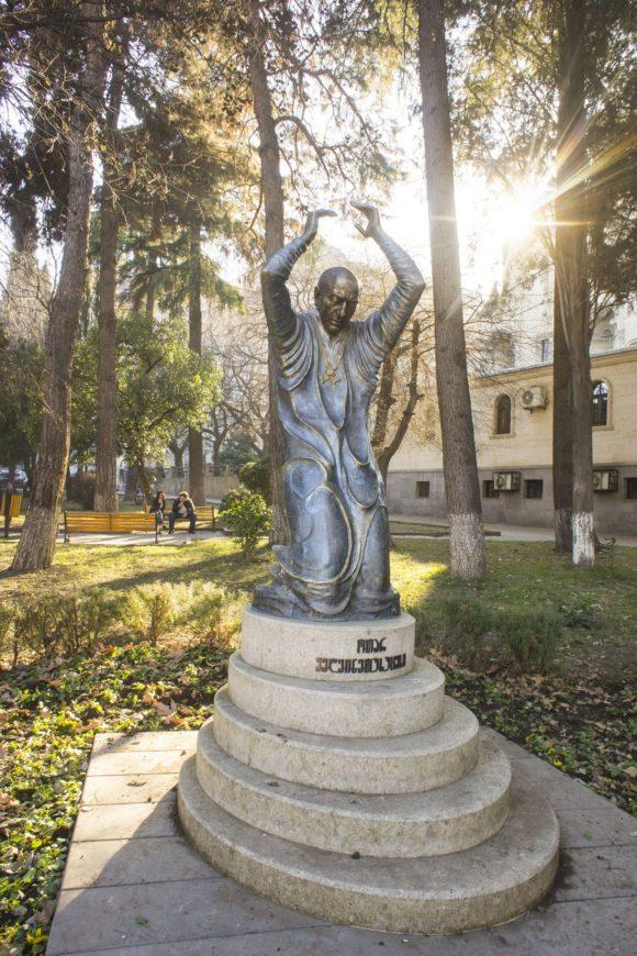 Памятник актёру Отару Мегвинетухуцеси.