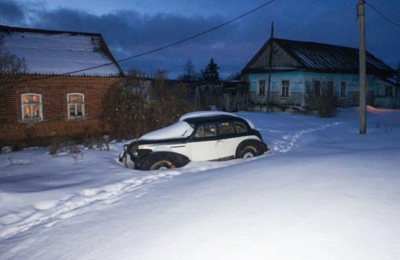 Под окнами дома притаилось недавнее приобретение - Buick.