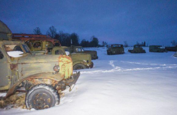 Обходить всю территорию по пояс в снегу, да еще в темноте у нас не было никакого желания, по этому, мы зацепили лишь край, где стоят грузовики.