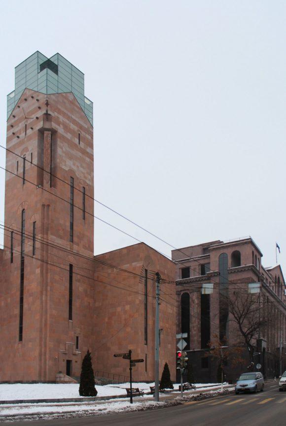 Здание мэрии с часовой башней.