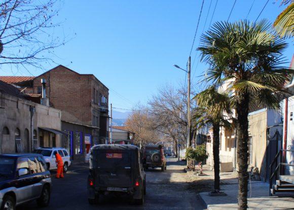 Сначала вокруг были невзрачные улочки, на которых удивляли разве что пальмы.