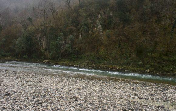 Река Техури. В гальке вырыты несколько ванн-углублений. Глубина не выше колена, но при большом желании можно поплескаться.