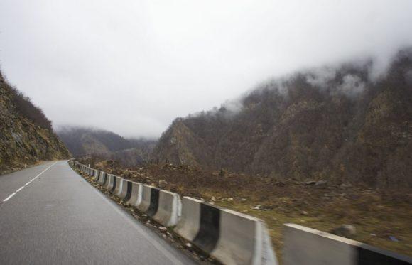 Дорога потихоньку начинает подниматься в горы.