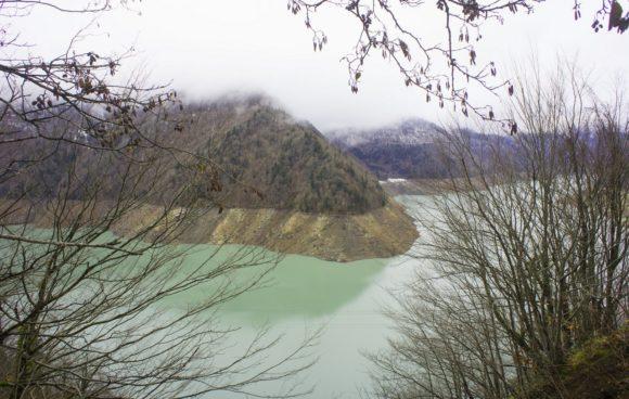 Изумрудное Джварское водохранилище, образованное рекой Ингури.