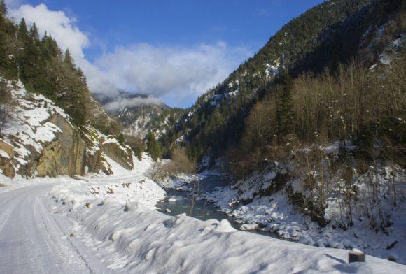 Дорогу полностью затягивает снегом. Легковушкам въезжать в гору по такому очень тяжело, да что уж, нам тоже не всегда просто.