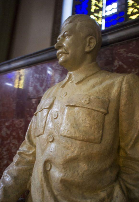 На лестнице всех посетителей встречает Сталин.