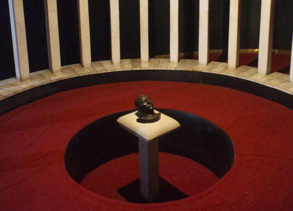 В следующем зале находится одна из посмертных масок Сталина.