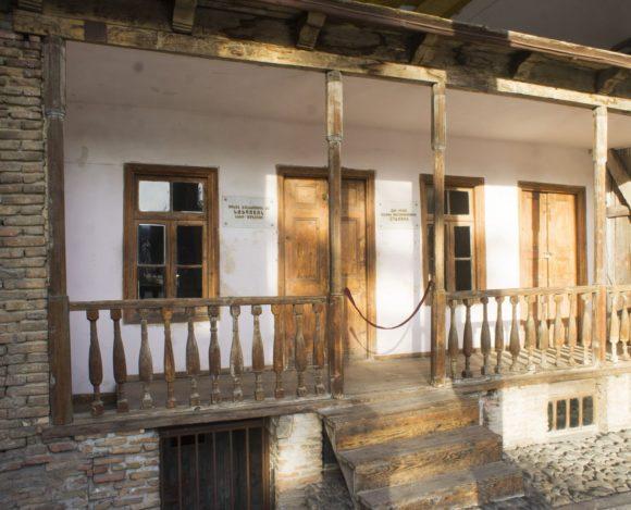 Дом всегда стоял на этом месте, никуда не переносился. Раньше можно было попасть внутрь, но в прошлом году фундамент просел, по стенам пошли трещины и для посетителей его закрыли.