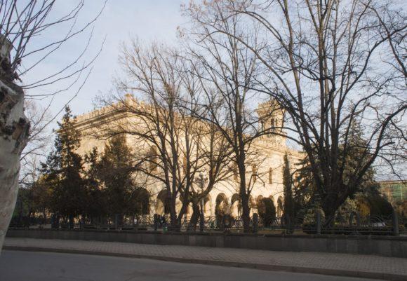 Главный корпус — большое палаццо в сталинистском готическом стиле, строительство которого начато в 1951 году как местного музея истории,