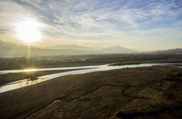 А какие виды открываются со смотровой площадки! Это река Кура.