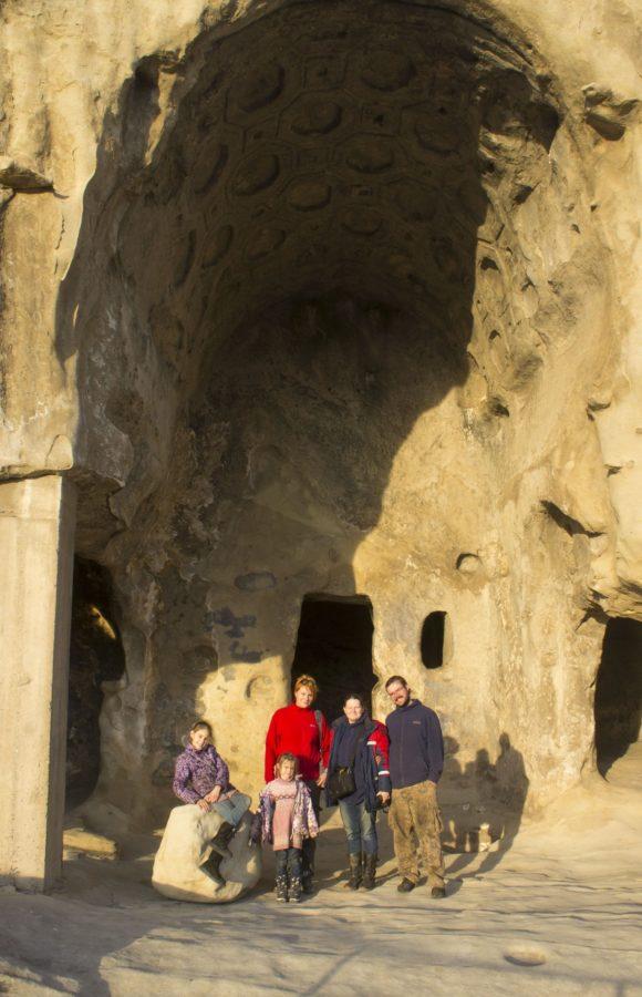 Многие высеченные в скале помещения украшены имитацией деревянных или каменных балок