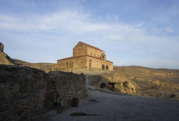 Еще одна доминанта - церковь Уплисцули, построенная в 10 веке.