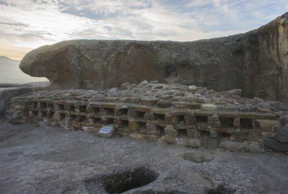Одним из любопытных объектов Уплисцихе является т. н. «Аптека» (слева). В ячейках, сложенных из кирпичей, (по центру) археологи обнаружили следы десятков различных лекарственных трав, очевидно использовавшихся в медицинских или косметических целях.