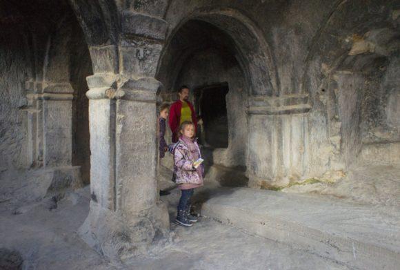 Одноколонный зал небольшой зал, но его каменные колонны сохранились практически в первозданном виде.