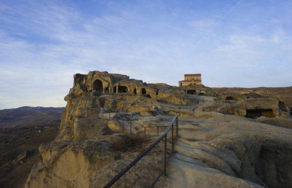 В закатных лучах пустынный Уплисцихе нагоняет умиротворенно-философское настроение.