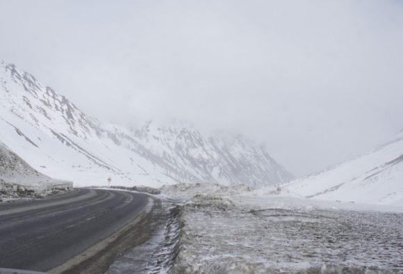 Военно -Грузинская дорога, прошли Крестовый перевал 2370 метров. На Кавказском хребте ветер, пурга, лед.