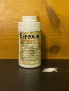 Порошок банеоцин - прост в применении, останавливает кровь, не дает ране прилипнуть к бинту или пластырю. Всем рекомендую!