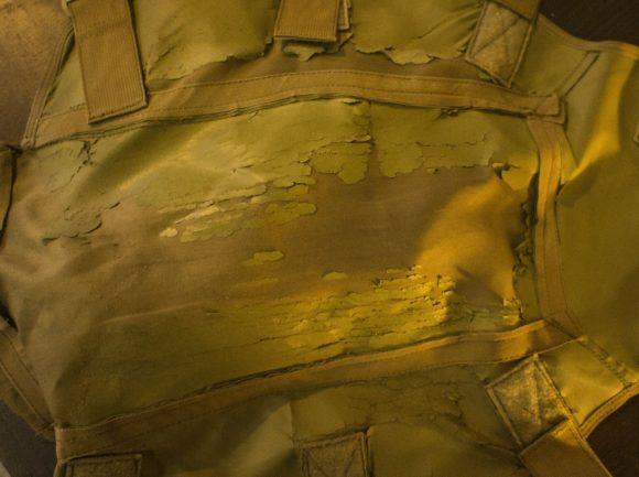 Но то оказался не песок, а отвалившаяся часть «прочной синтетической ткани», отвечающая за непромокаемость чехла.