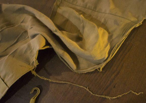 Через два года с момента начала эксплуатации чехла, поверхность там, где традиционно елозит попа и спина, превратилась в обычную потертую тряпку, от которой начали отваливать части.