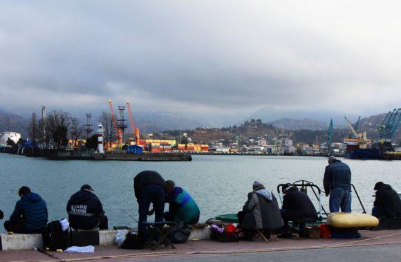 Народ рыбку ловит.