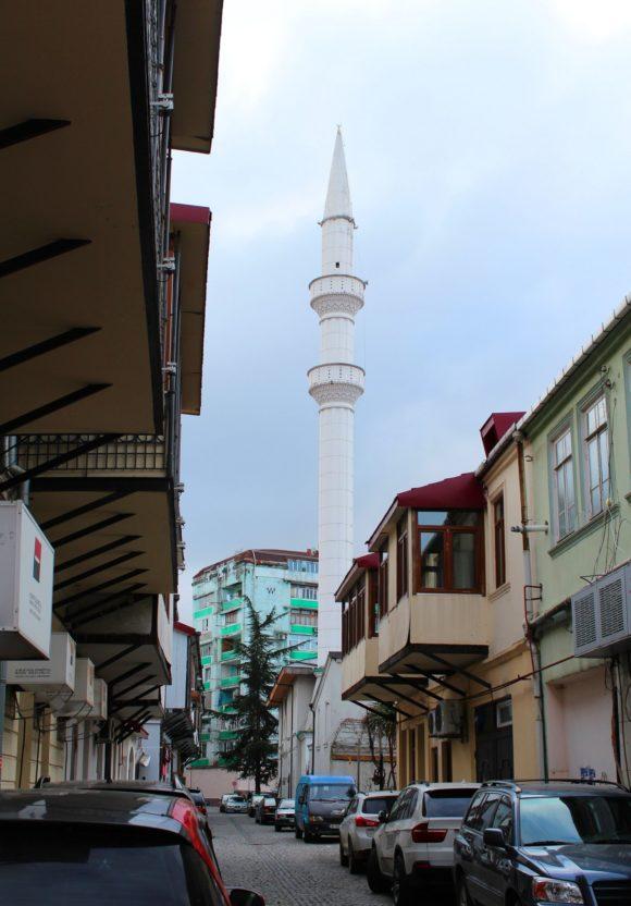 Неподалеку мечеть Орта-Ахмед-паши и сегодня стоит на прежнем месте по Кутаисской улице. У входа в мечеть надпись на трех языках османском, грузинском и русском: «Орта Джаме г. Батуми 1866 г.