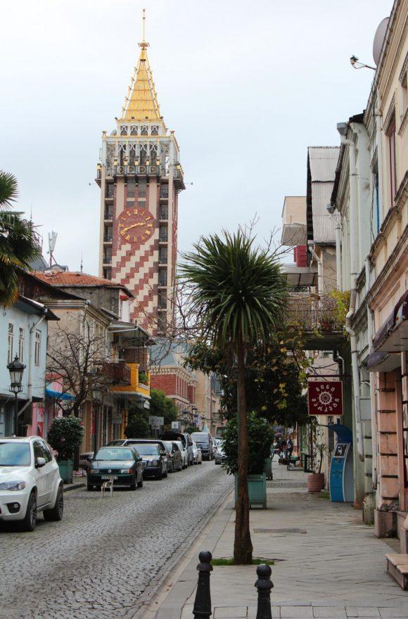 хитросплетение улиц выводит нас в современный район, перед нами башня с часами - гостиница- бутик Piazza-Batumi.