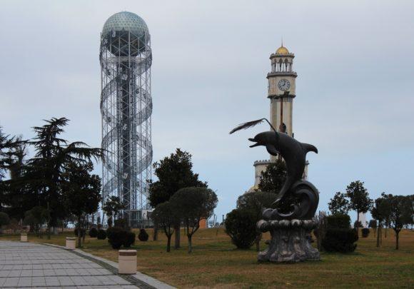 А это Алфавитная башня Башня с двойной спиралью ДНК и грузинским алфавитом по ним. Грузии и ее быстрой эволюции с момента провозглашения независимости в 1991 году.
